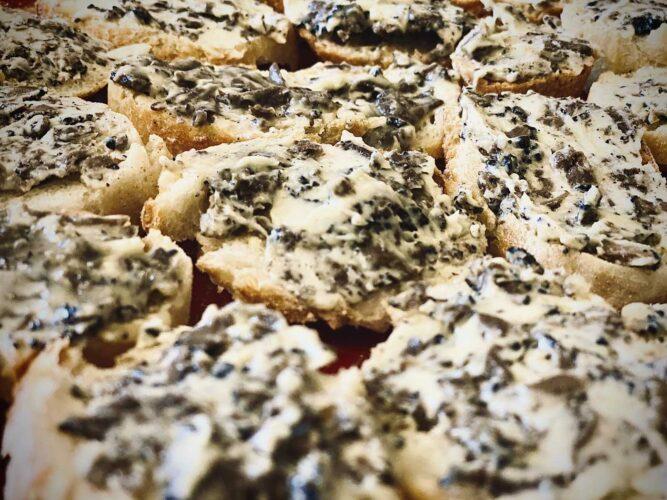 les tartines recouvertes d'un étonnant beurre truffé - © 180°C - Photographie Emmanuel Laveran