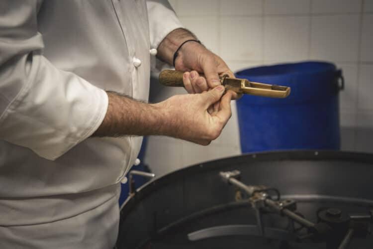 Le piluliers, ce petit ustensile sert à extraire quelques fèves du afin de surveiller l'avancement de la cuisson - © 180°C - Photographie Olivier Pascuito