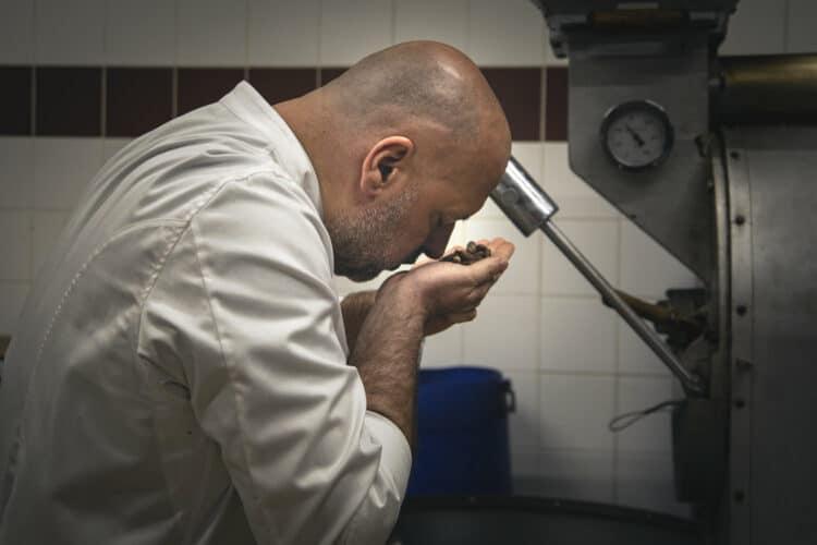 Philippe hume les fèves prélevées dans le torréfacteur, il faut veiller à ne surtout pas les griller comme on le fait par exemple avec le café - © 180°C - Photographie Olivier Pascuito