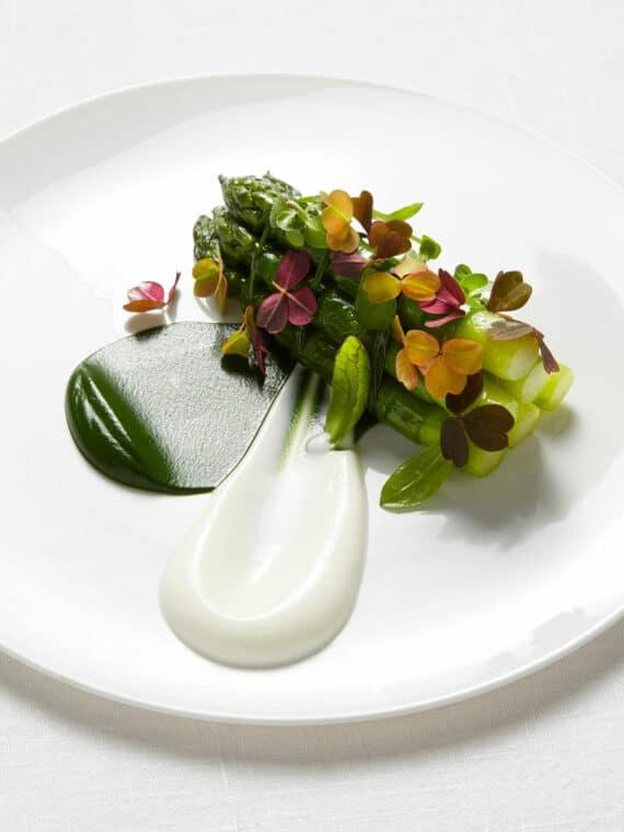 Asperges vertes d'Alsace de « l'Amie Clarisse », oseille et yaourt de brebis, vinaigrette aux céréales