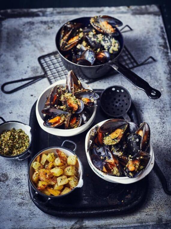 Moules en chapelure et pommes de terre rôties