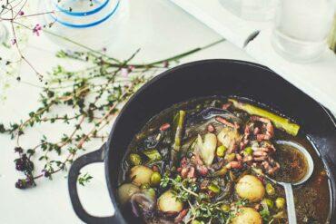 Cocotte d'oignons nouveaux, grenailles et jus de veau