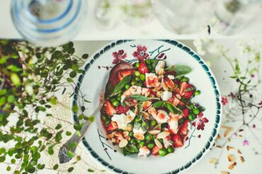 Salade de petits pois, fraises et chèvre frais