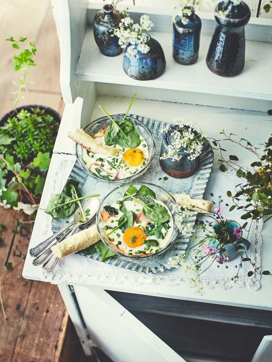 Oeufs cocotte aux asperges, fèves et épinards
