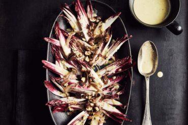 Salade de carmines, noisettes grillées, mayo au bleu d'Auvergne