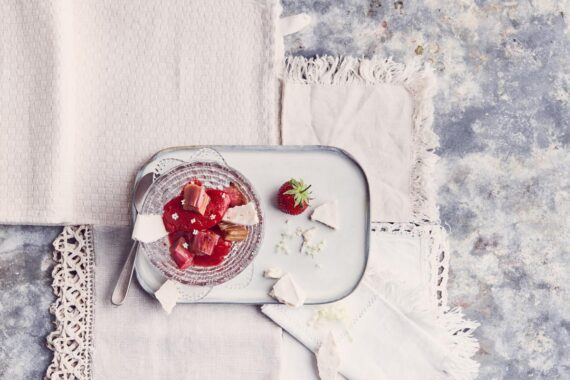 Sorbet à la charlotte et gingembre, rhubarbe confite, meringue